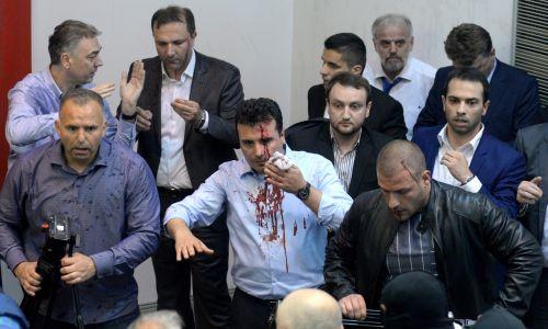 Skopje, Macedonia, 27 kwietnia 2017 r. Zoran Zaew, jeszcze jako przywódca opozycji, zaatakowany przez zwolenników byłej wiodącej partii VMRO-DPMNE po tym, jak socjaldemokracji wybrali nowego przewodniczącego parlamentu. Grupa protestujących weszła do parlamentu, gdy przerwano obrady ze względu na napięcia między posłami. Fot. Nake Batev / Anadolu Agency / Getty Images