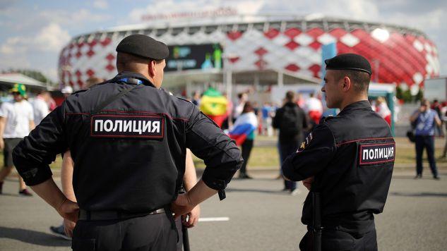 Policjant strzeże strefy Fan Fest w Samarze w Rosji (fot. PAP/ITAR-TASS/Sergei Bobylev)