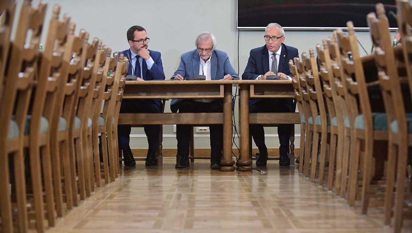Członkowie komisji śledczej ds. VAT, posłowie PiS - Marcin Horała (L), Ryszard Terlecki (C) i Kazimierz Smoliński (P) podczas inauguracyjnego posiedzenia komisji (fot. arch. PAP/Marcin Obara)