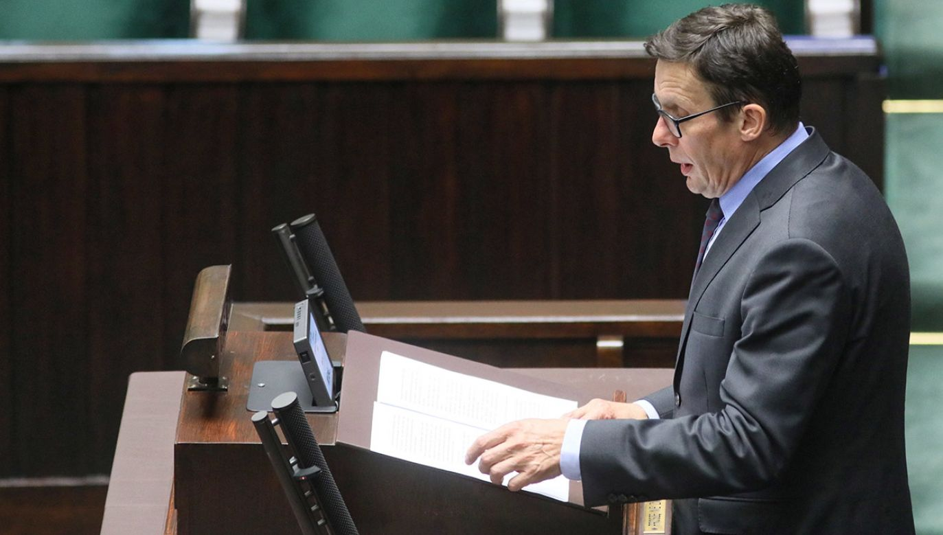 Poseł Marek Ast tłumaczy, że ustawa o SN pozwoli na przyspieszenie wyboru I prezesa Sądu, co jest potrzebą chwili (fot. PAP/Leszek Szymański)