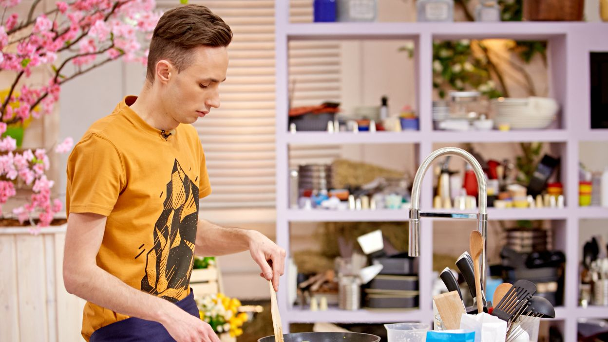 Trzeba pokroić i usmażyć cebulę (fot. TVP)