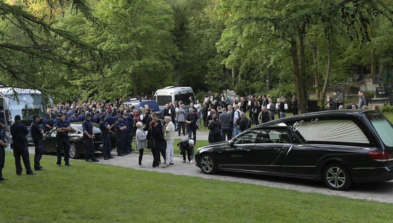 Protestujący podczas ekshumacji posła PO Arkadiusza Rybickiego – ofiary katastrofy smoleńskiej z 10 kwietnia 2010 r. – na cmentarzu