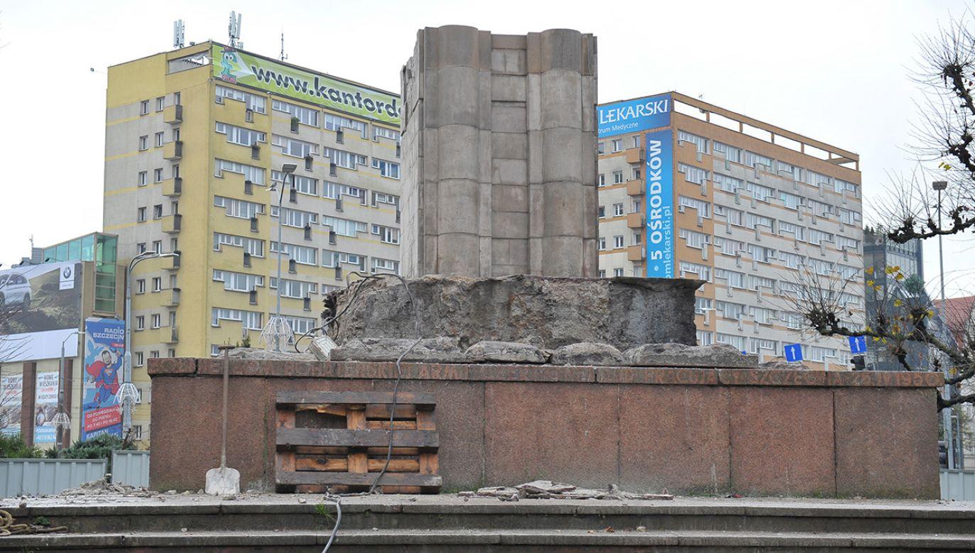W ciągu najbliższych dni nastąpi rozbiórka cokołu pomnika (fot. PAP/Marcin Bielecki)