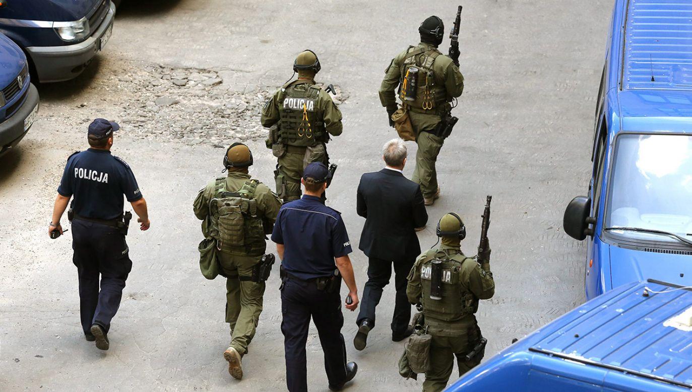 Andrzej Z. w otoczeniu antyterrorystów opuszcza budynek sądu po zakończeniu rozprawy (fot. arch.  PAP/Tomasz Gzell)
