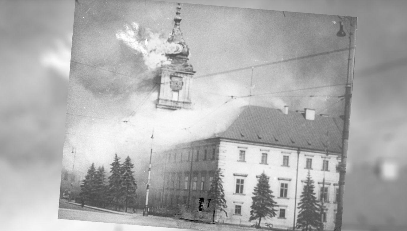 Płonący Zamek Królewski w Warszawie (fot. Wikipedia)