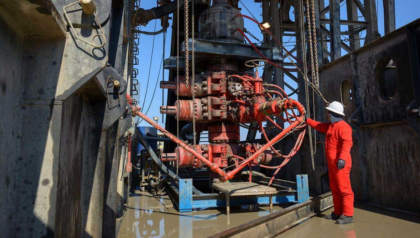 Wydobycie węglowodorów na Węgrzech (fot. arch. PAP/EPA/ZSOLT CZEGLEDI)