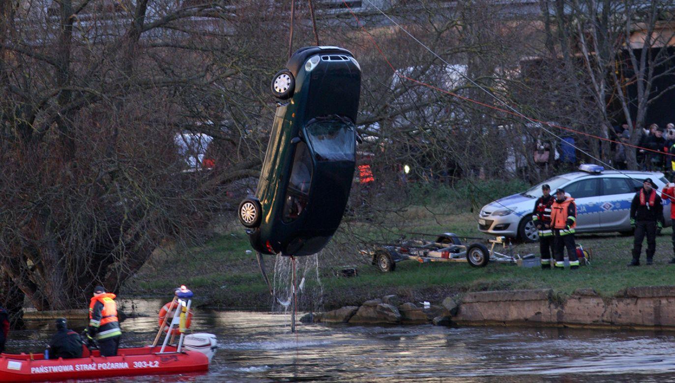 Akcja wydobycia samochodu, który wpadł do Warty z nabrzeża w Kostrzynie nad Odrą (fot.PAP/Lech Muszyński)