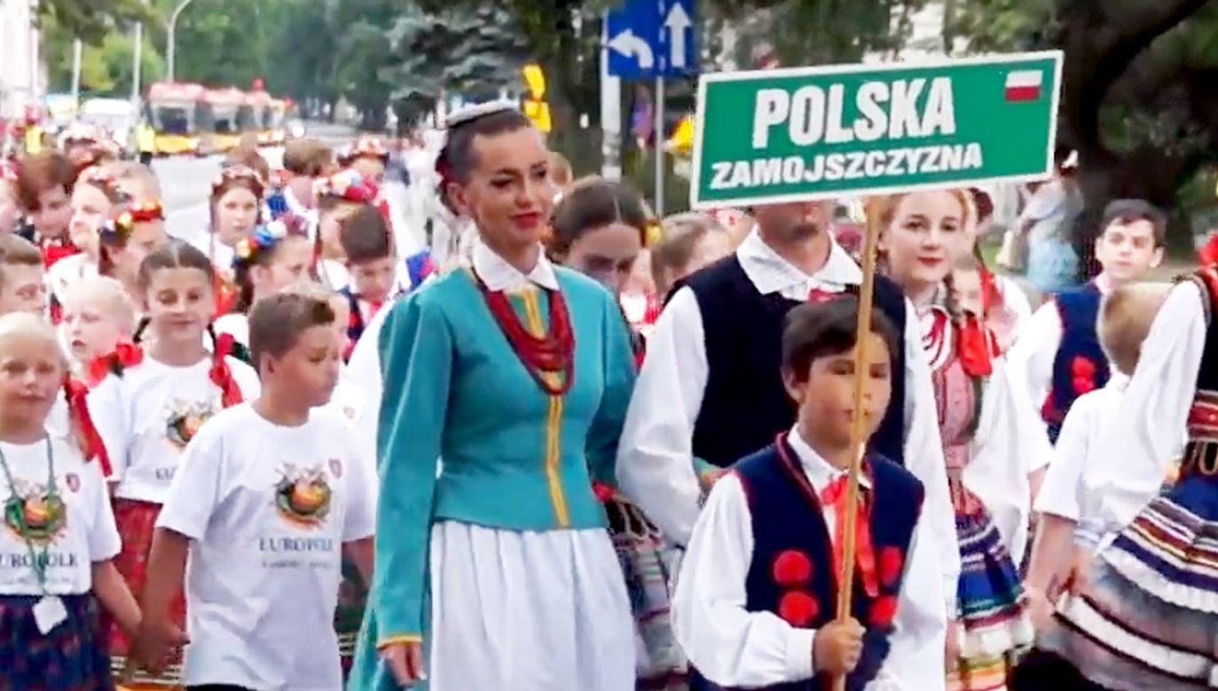 Przemarsz barwnych grup z Zamojskiego Domu Kultury na Rynek Wielki (fot. yt/ Ryszard Molas)