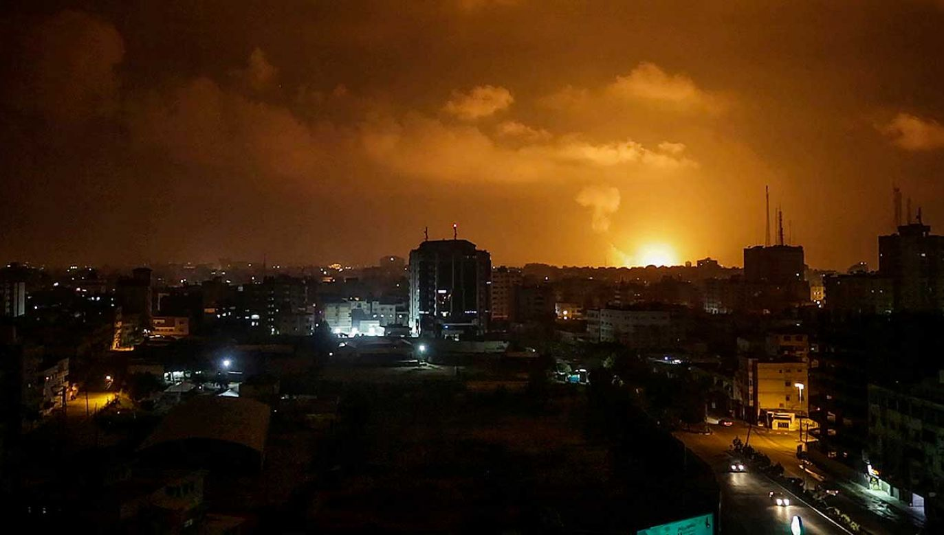 Ostrzał celów w Strefie Gazy rozpoczęto kilka godzin po ataku rakietowym na Izrael (fot. PAP/EPA/MOHAMMED SABER)
