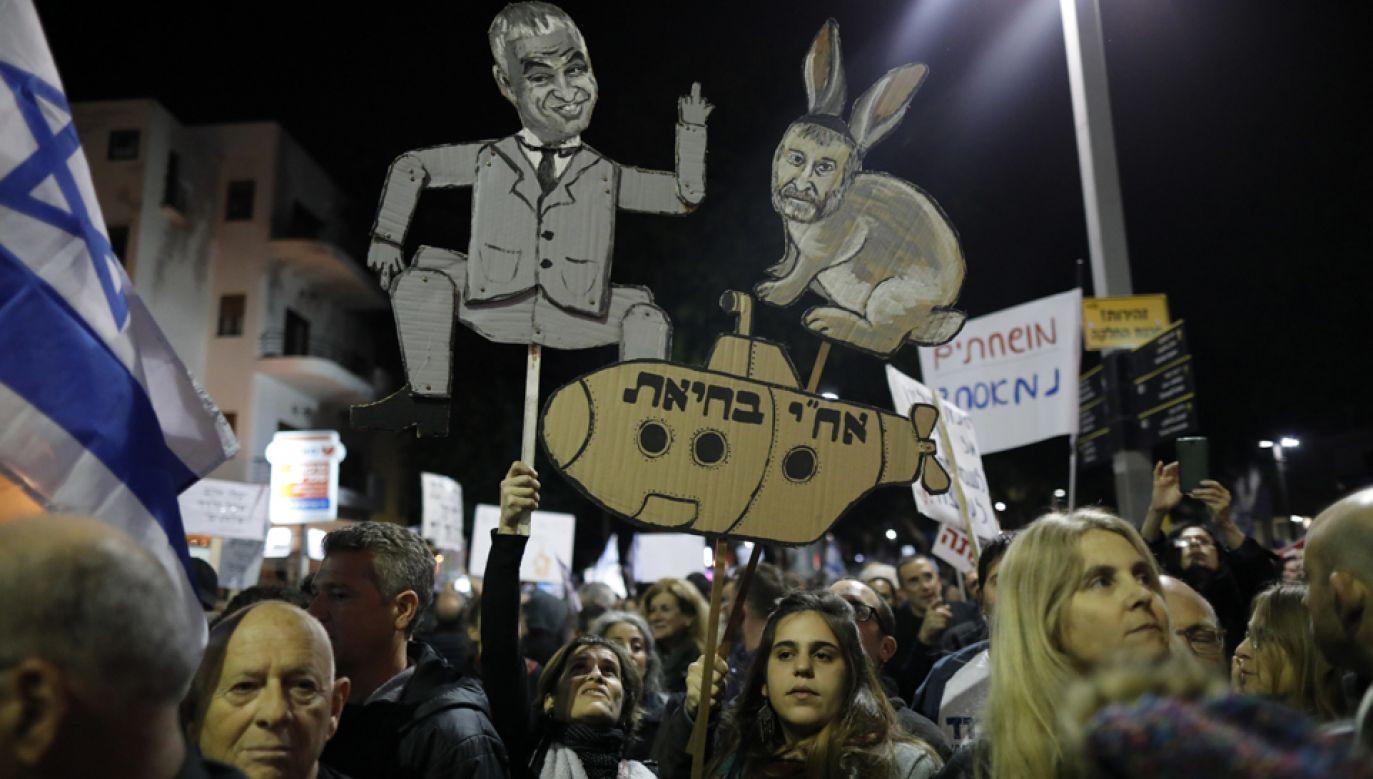 Protestujący wzywają premiera Izraela Benjamina Netanjahu do rezygnacji w związku z zarzutami korupcyjnymi