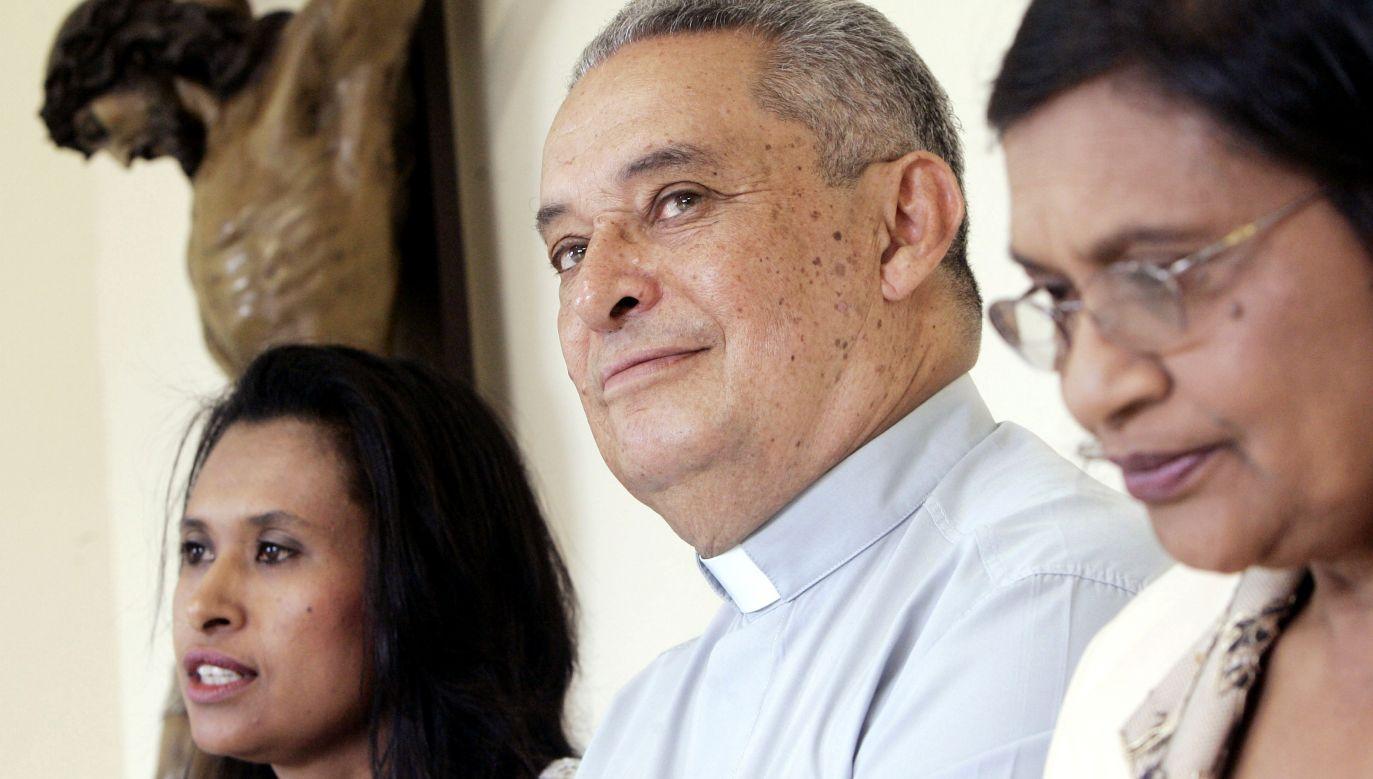 Ks. David Evans, były pastor anglikański, z córką Evelyn (po lewej) i żoną Patricią, po swojej mszy prymicyjnej, La Laguna na Teneryfie, 23 sierpnia 2005 r. Fot. Reuters/Juan Medina SV/JJ