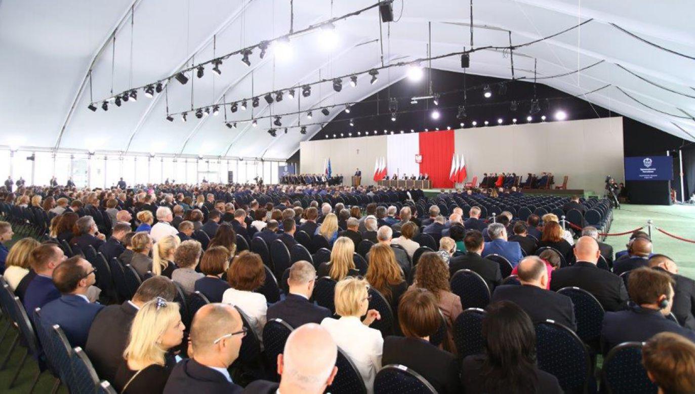 Zgromadzenie Narodowe na dziedzińcu Zamku Królewskiego w Warszawie (fot. TT/@SKarczewski)