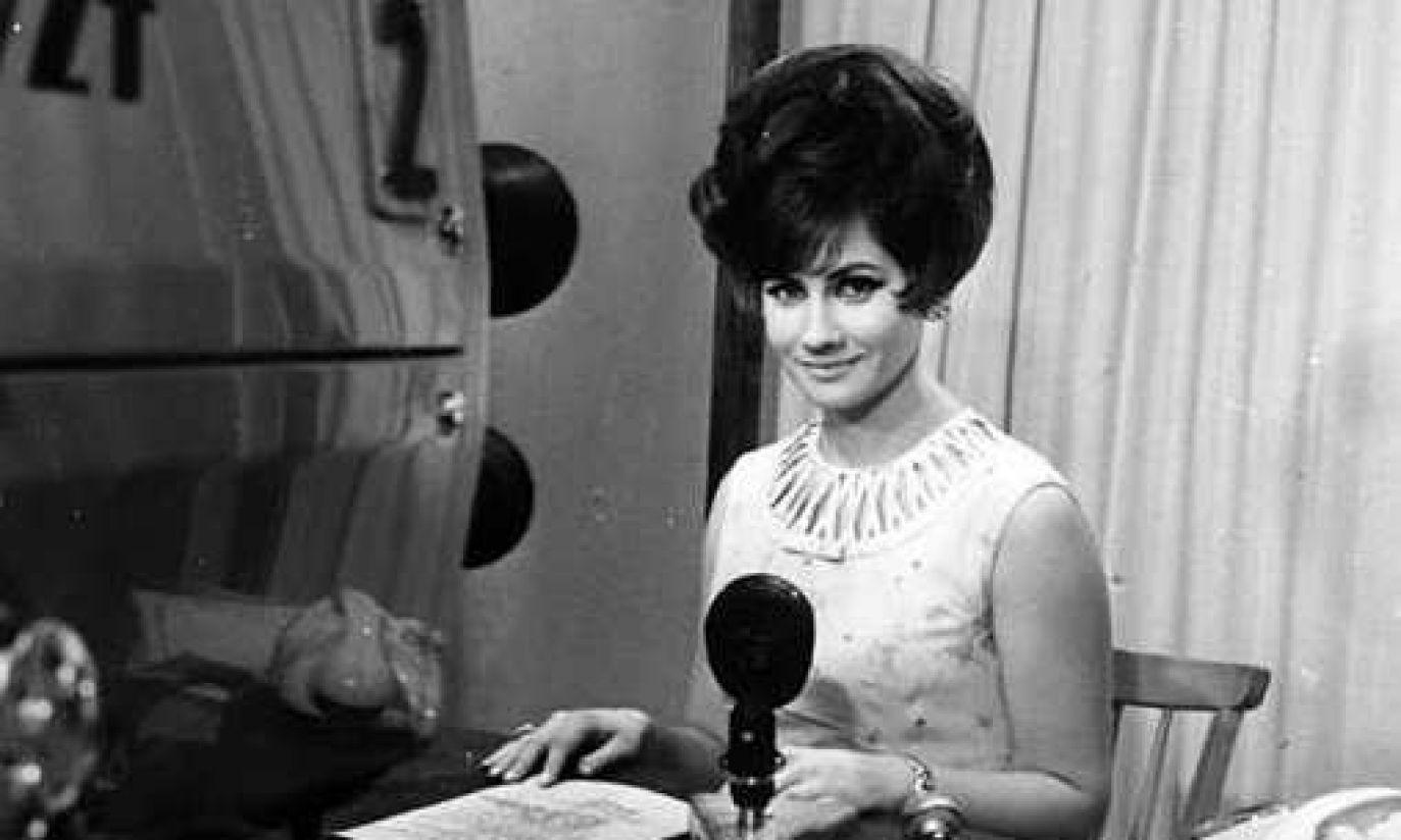1960: Krystyna Loska z czarnymi włosami w TVP Katowice (fot. arch. PAP)