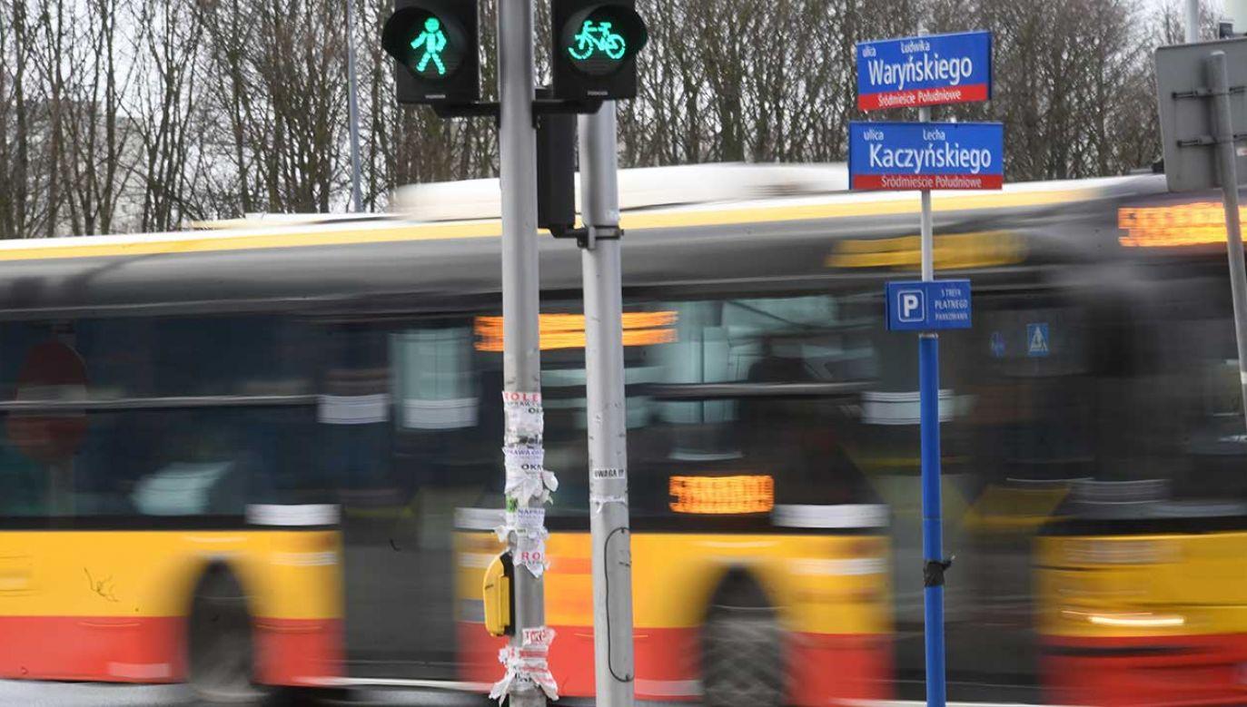 Tablice ulicowe alei Armii Ludowej w warszawskim Śródmieściu zaklejono napisami