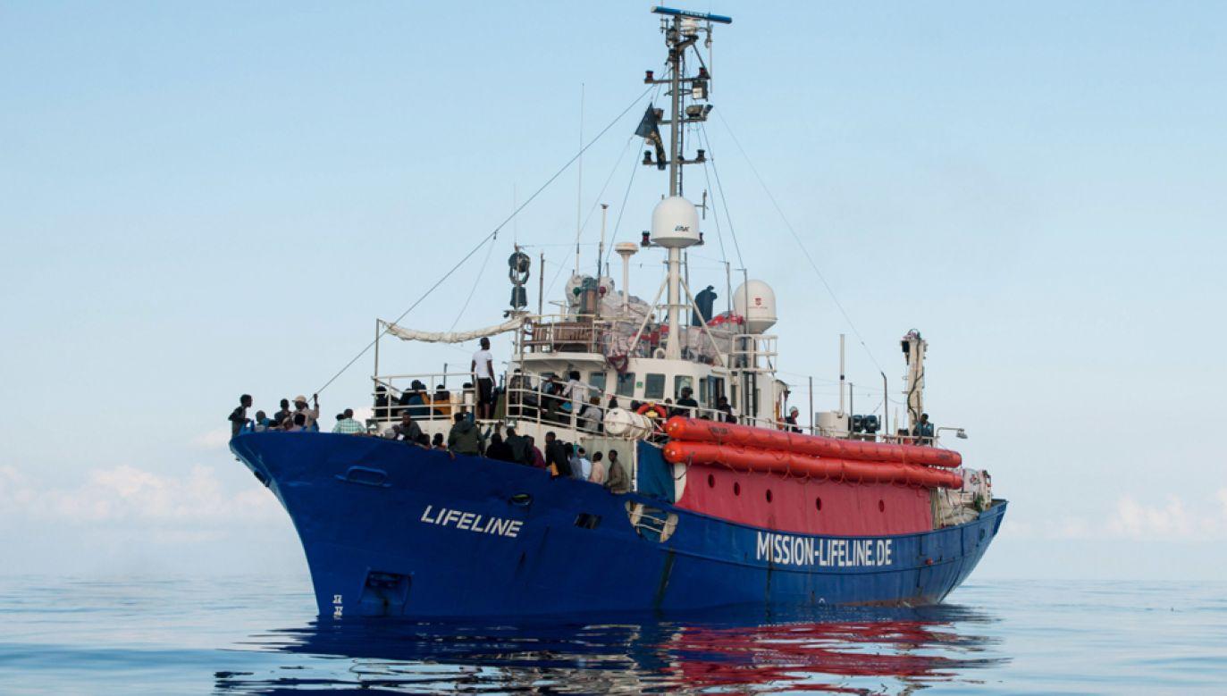 Statek organizacji pozarządowej Lifeline z ponad 200 migrantami, uratowanymi na Morzu Śródziemnym (fot. PAP/EPA/HERMINE POSCHMANN / MISSION LIFELINE)