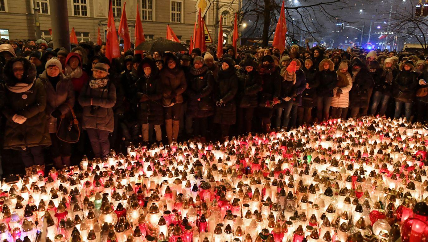 Gdańszczanie oddają hołd zmarłemu prezydentowi miasta Pawłowi Adamowiczowi przed UM (fot. PAP/Adam Warżawa)