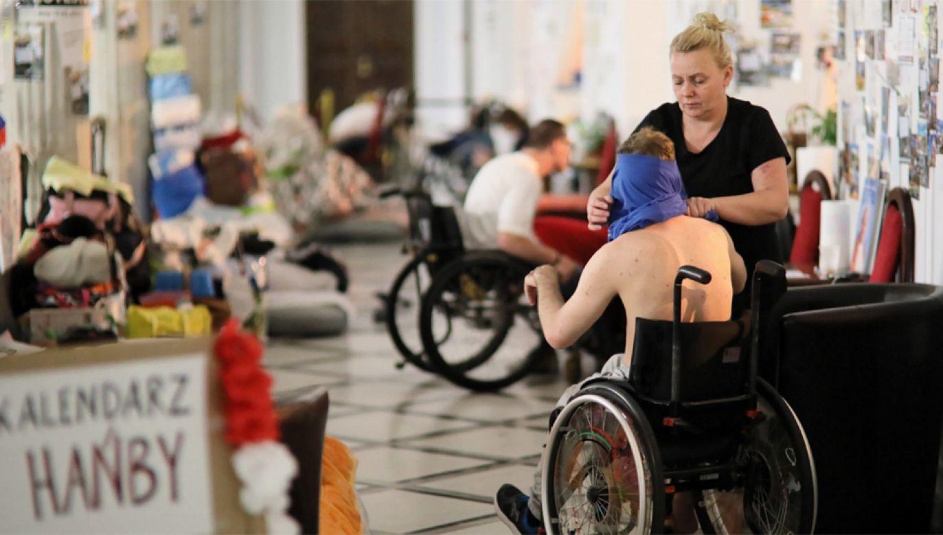 Protest niepełnosprawnych trwa od 18 kwietnia (fot. PAP/Leszek Szymański)