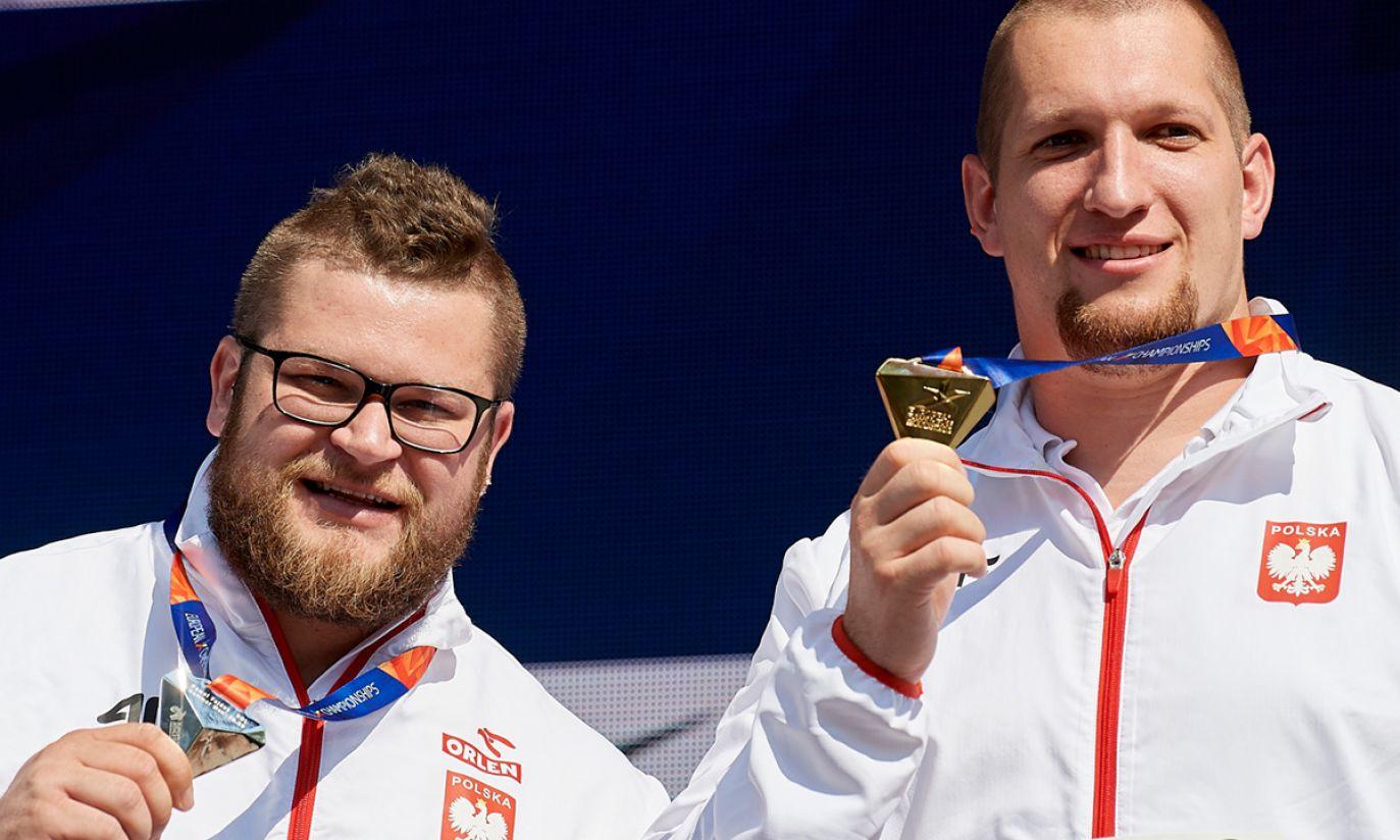 Wojciech Nowicki (P) i Paweł Fajdek (L) podczas ceremonii medalowej (fot. PAP/Adam Warżawa)