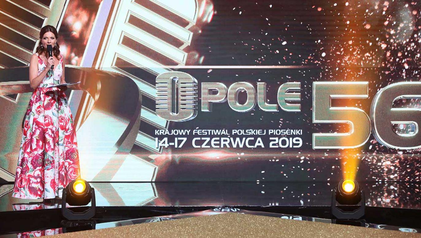 Prowadząca Agata Konarska podczas konferencji prasowej w siedzibie TVP z udziałem gwiazd 56. Krajowego Festiwalu Piosenki Polskiej - Opole 2019 (fot. PAP/Leszek Szymański)