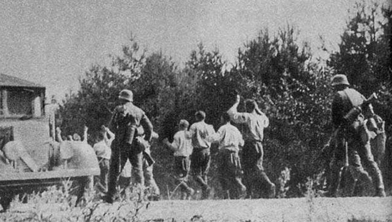 Polscy żołnierze prowadzeni na egzekucję (fot. Wiki)