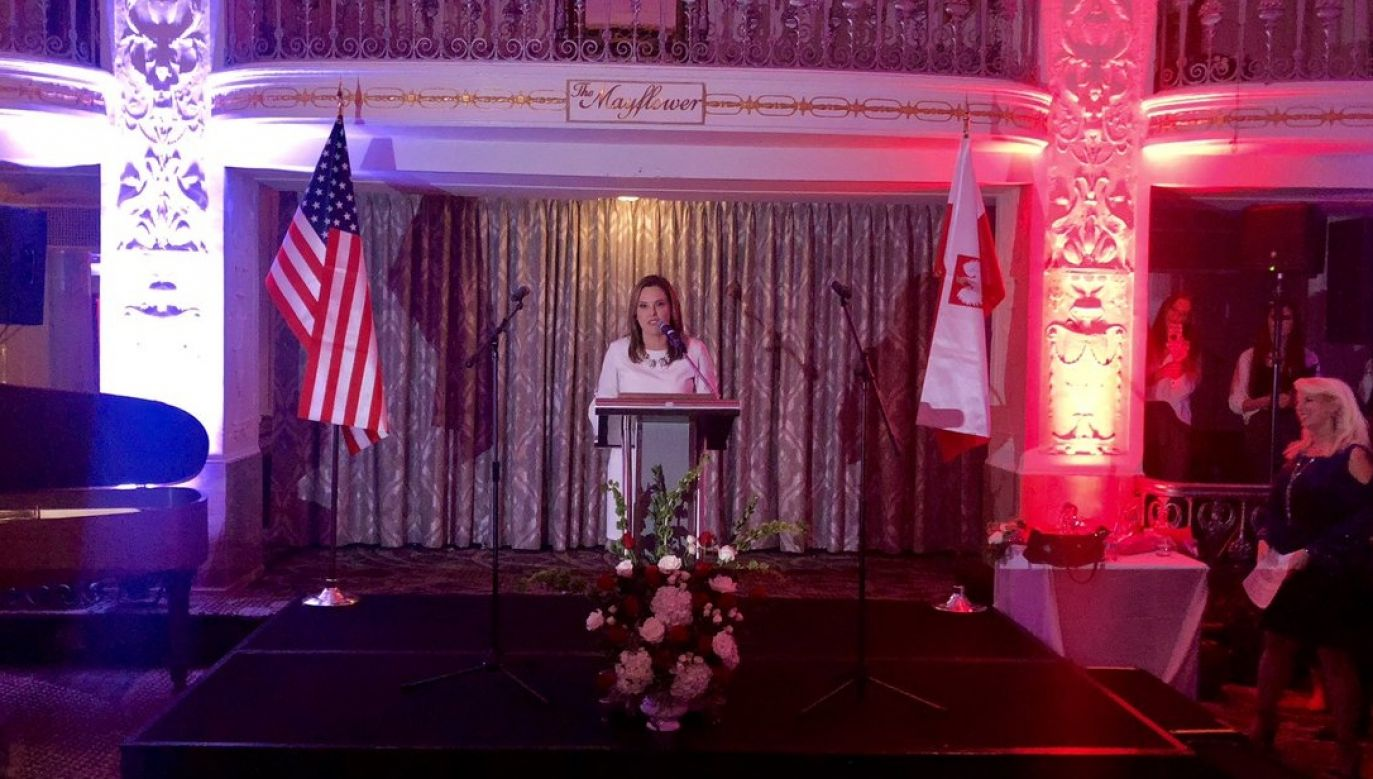 Mercedes Schlapp, the White House Director of Strategic Communications reading a letter from Donald Trump, the President of the US. Photo: Twitter.com/@Marekwalkuski