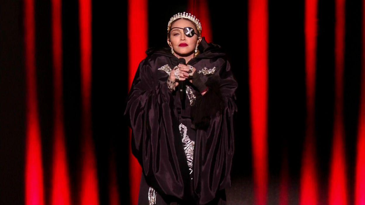 """Jedną z pozakonkursowych atrakcji był bez wątpienia występ amerykańskiej piosenkarki Madonny, która zaśpiewała swój wielki przebój sprzed 30 lat """"Like a Prayer"""" (fot. TVP)"""
