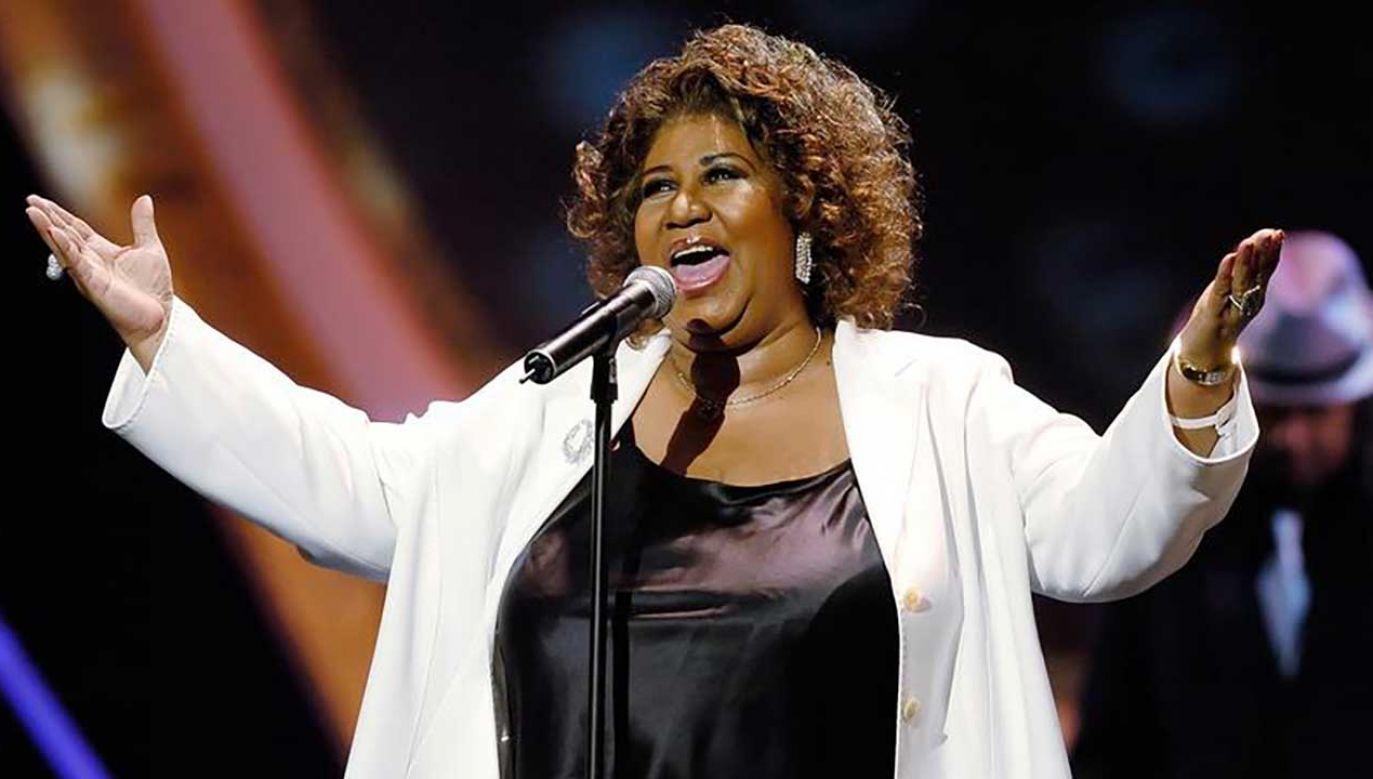 """Aretha Franklin w 2005 roku podczas wykonywania utworu """"Respect"""" który znalazł się na piątym miejscu na liście 500 utworów wszech czasów magazynu """"Rolling Stone"""" (fot. REUTERS/Chris Pizzello)"""