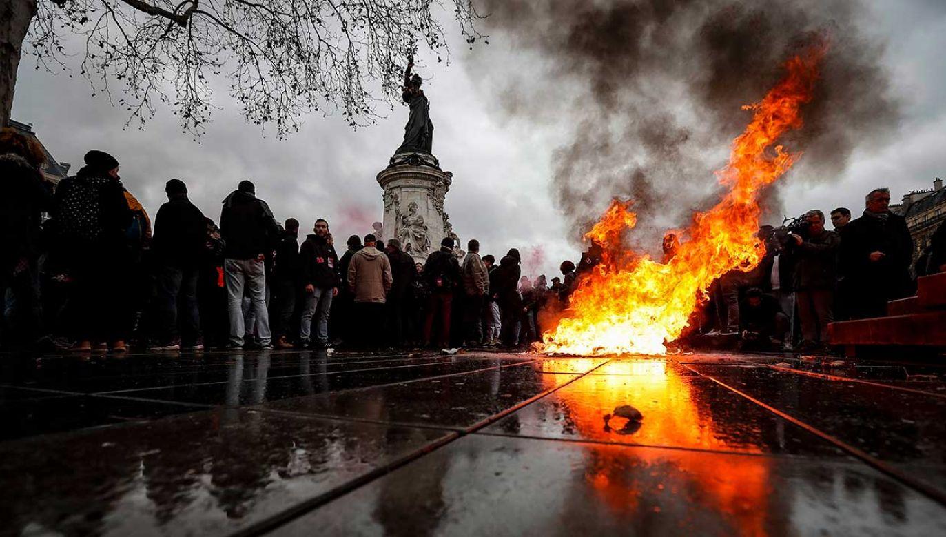 """Stan pogotowia, w jaki postawiono 89 tys. funkcjonariuszy, jest zdaniem szefa francuskiej żandarmerii Richarda Lizureya """"bezprecedensowy"""" (fot. PAP/EPA/IAN LANGSDON)"""