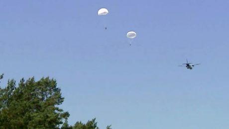 Wojskowi spadochroniarze na niebie. Ćwiczył pułk rozpoznawczy