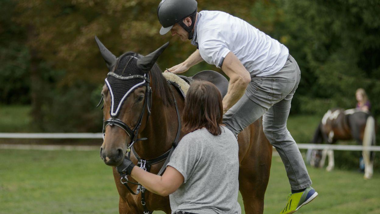 Marek nie chciał schodków, aby dosiąść konia. – Dla mnie to nie nowość – zdradził, po czym spadł (fot. TVP)
