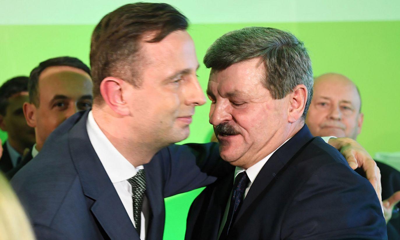 Przewodniczący PSL Władysław Kosiniak-Kamysz (L) i przewodniczący Rady Naczelnej PSL Jarosław Kalinowski (P) podczas wieczoru wyborczego Polskiego Stronnictwa Ludowego (fot. PAP/Radek Pietruszka)