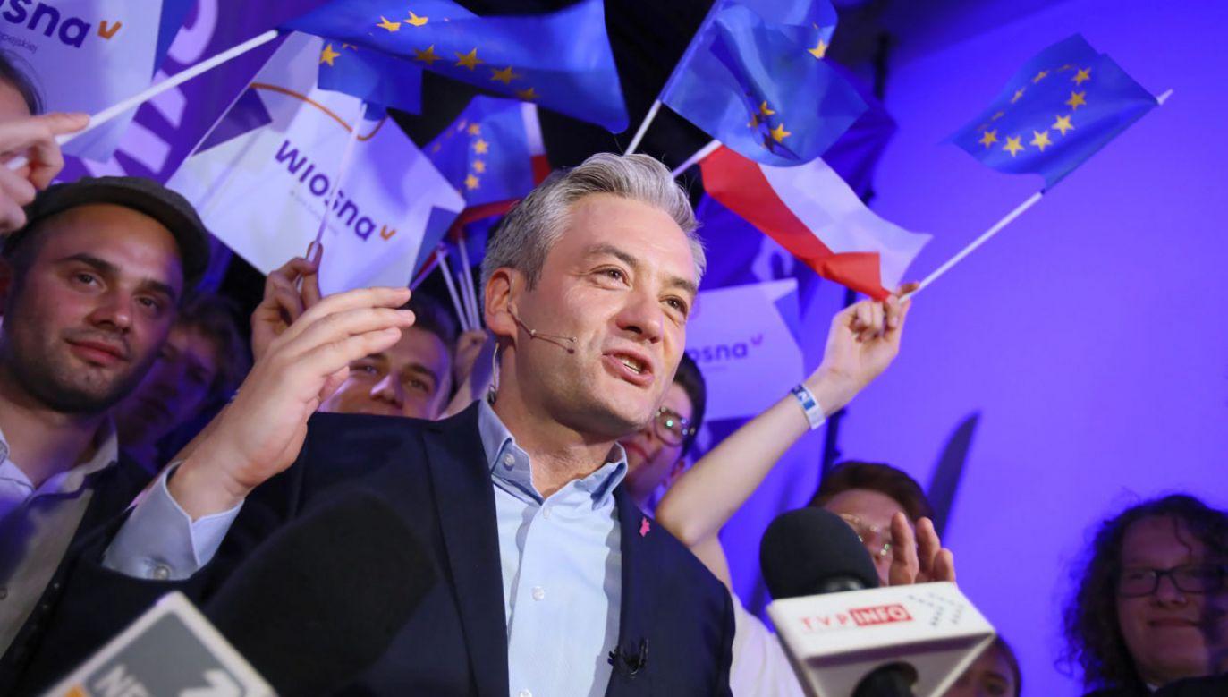 Lider Wiosny Robert Biedroń po ogłoszeniu sondażowych wyników wyborów do europarlamentu (fot. PAP/Leszek Szymański)
