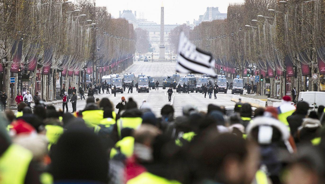 Protesty we Francji słabną, lecz to zmiana prawa może doprowadzić do utraty władzy przez Macrona  (fot. PAP/EPA/ETIENNE LAURENT)