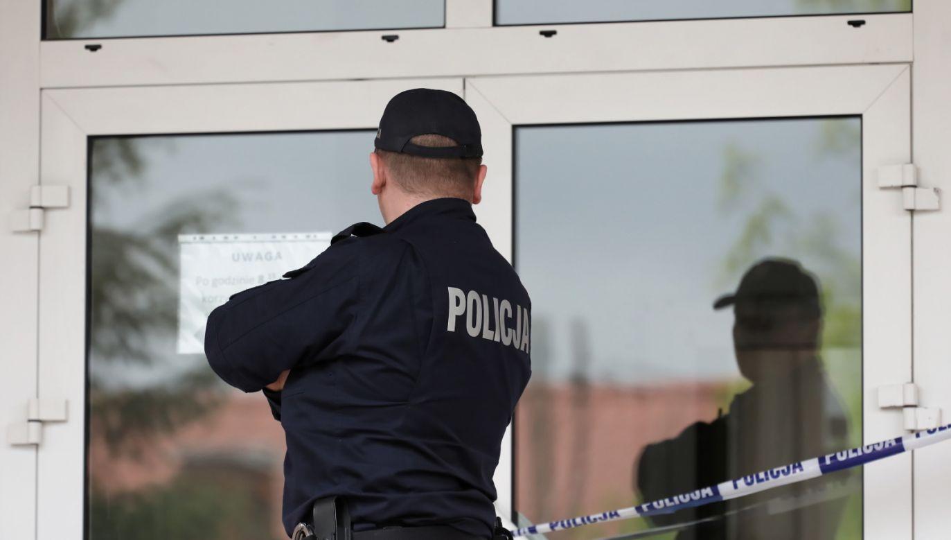 32-latkowi może być postawiony zarzut czynnej napaści na policjanta (fot. PAP/Paweł Supernak)