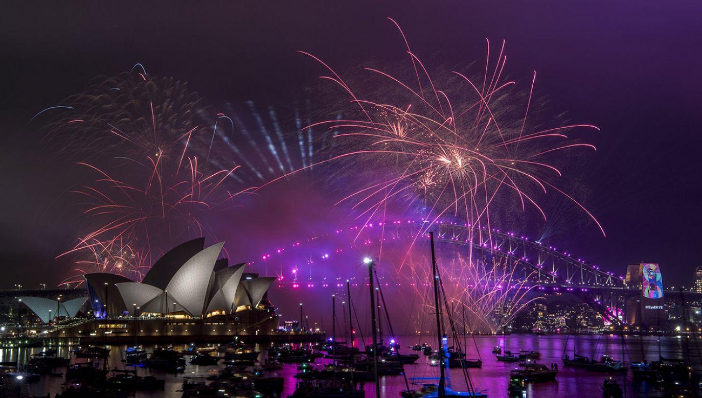 Nowozelandczycy zapewniają sobie szczęście w Nowym Roku, głośno tłukąc w garnki (fot. PAP/EPA/BRENDAN ESPOSITO)