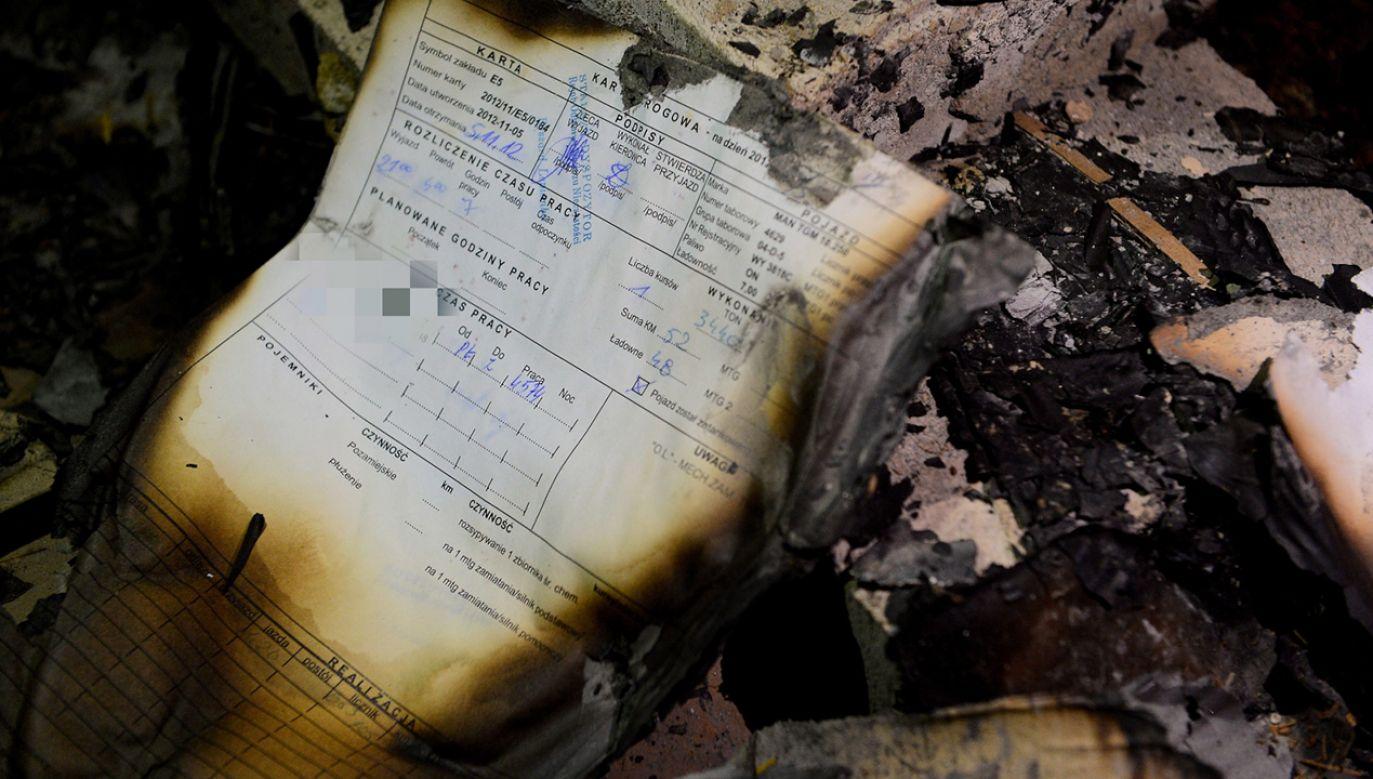 Dokumenty, które zostały znalezione na terenie opuszczonych budynków gospodarczych byłego PGR w Gołaszewie (fot. PAP/Stach Leszczyński)