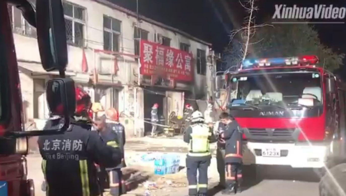 Pożar wybuchł w domu dla pracowników (fot. PrintScreen @XHNews, Twitter)