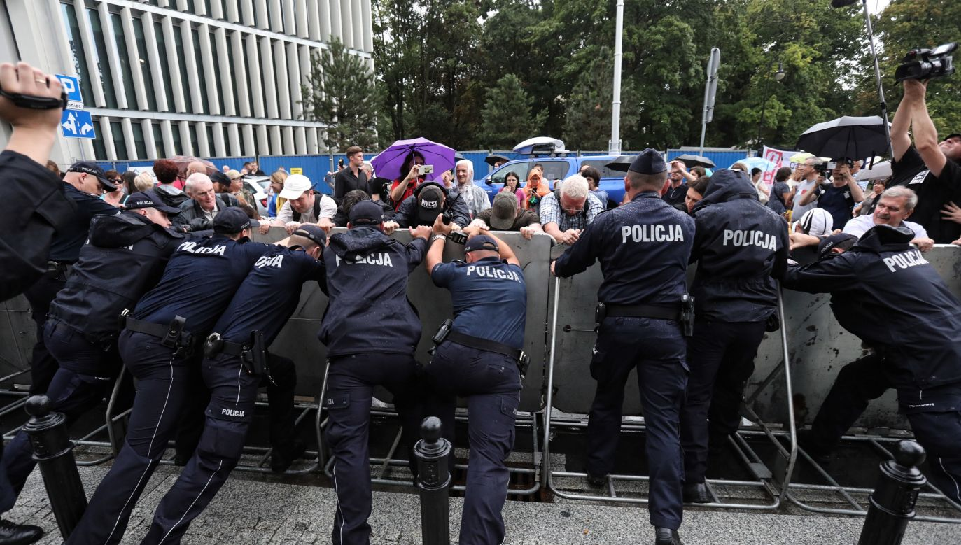 Manifestacja przeciwników reformy sądownictwa przed Sejmem w Warszawie (fot.PAP/Tomasz Gzell