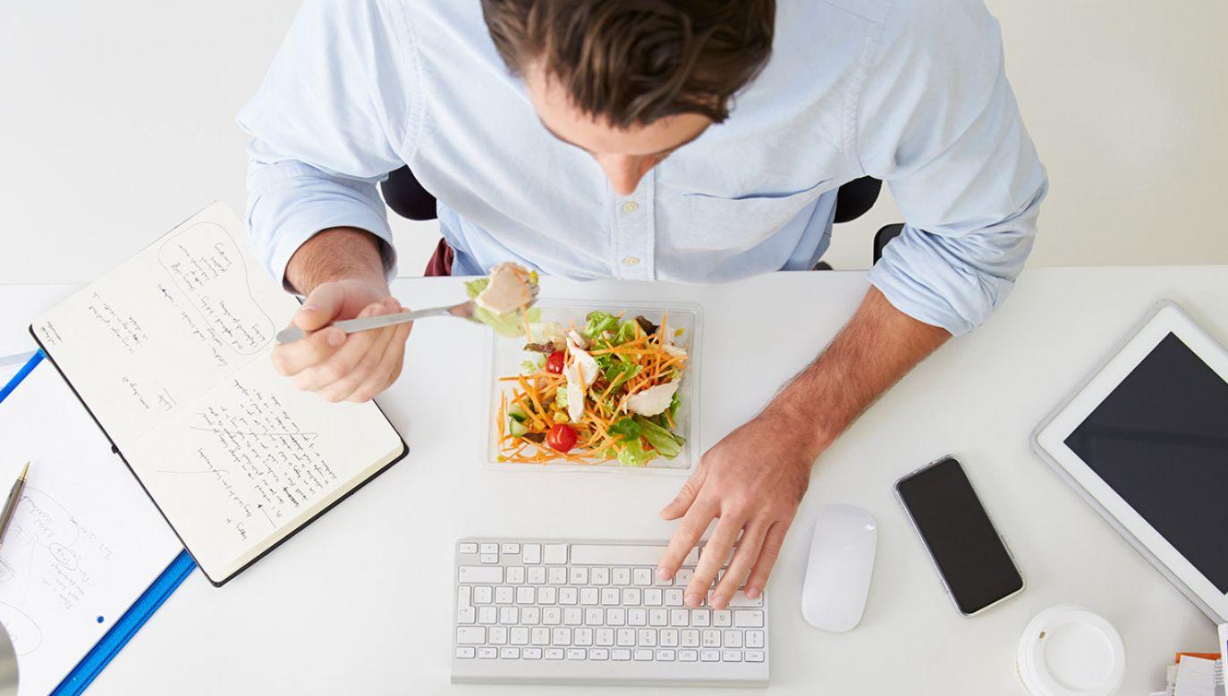 Najczęściej w lunchowym menu Polaka znajdują się kanapki, sałatki i makarony (fot. Shutterstock/Monkey Business Images)