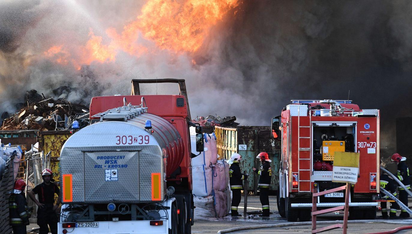Pożar na składowisku złomu w Szczecinie (fot. PAP/Marcin Bielecki)