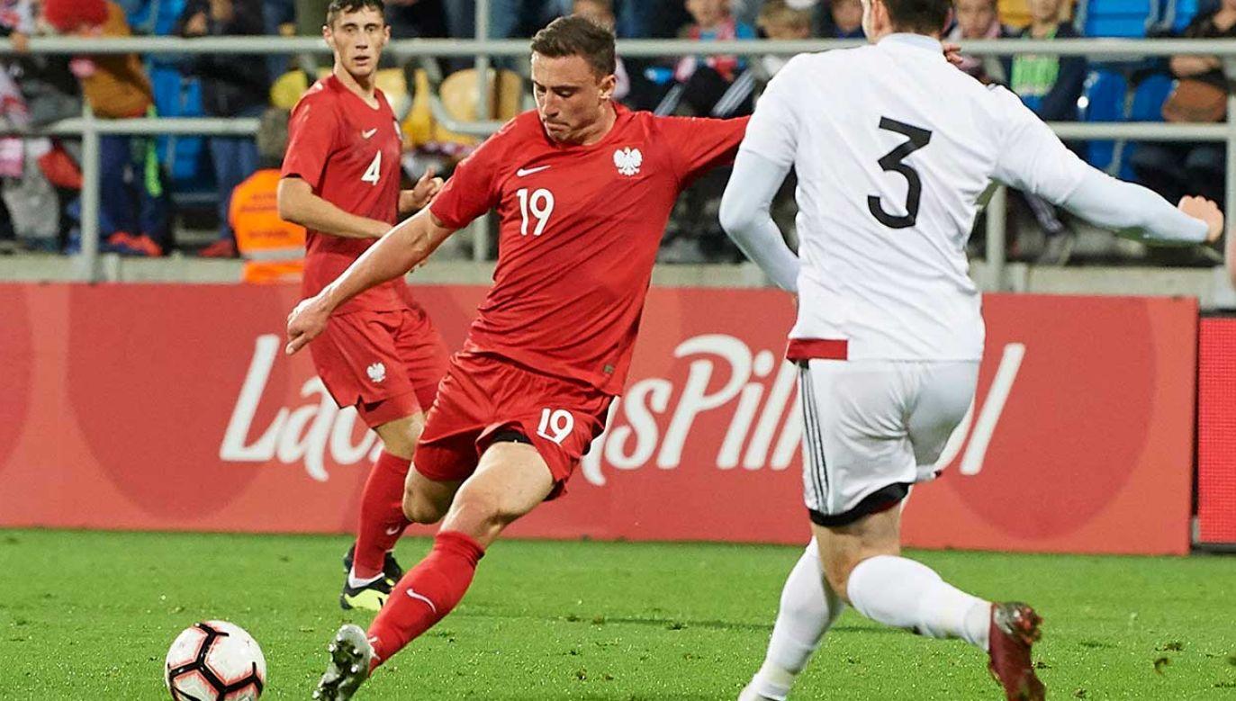 Polak Filip Jagiełło (L) strzela bramkę Gruzji podczas meczu eliminacyjnego piłkarskich mistrzostw Europy U-21 (fot.  PAP/Adam Warżawa)