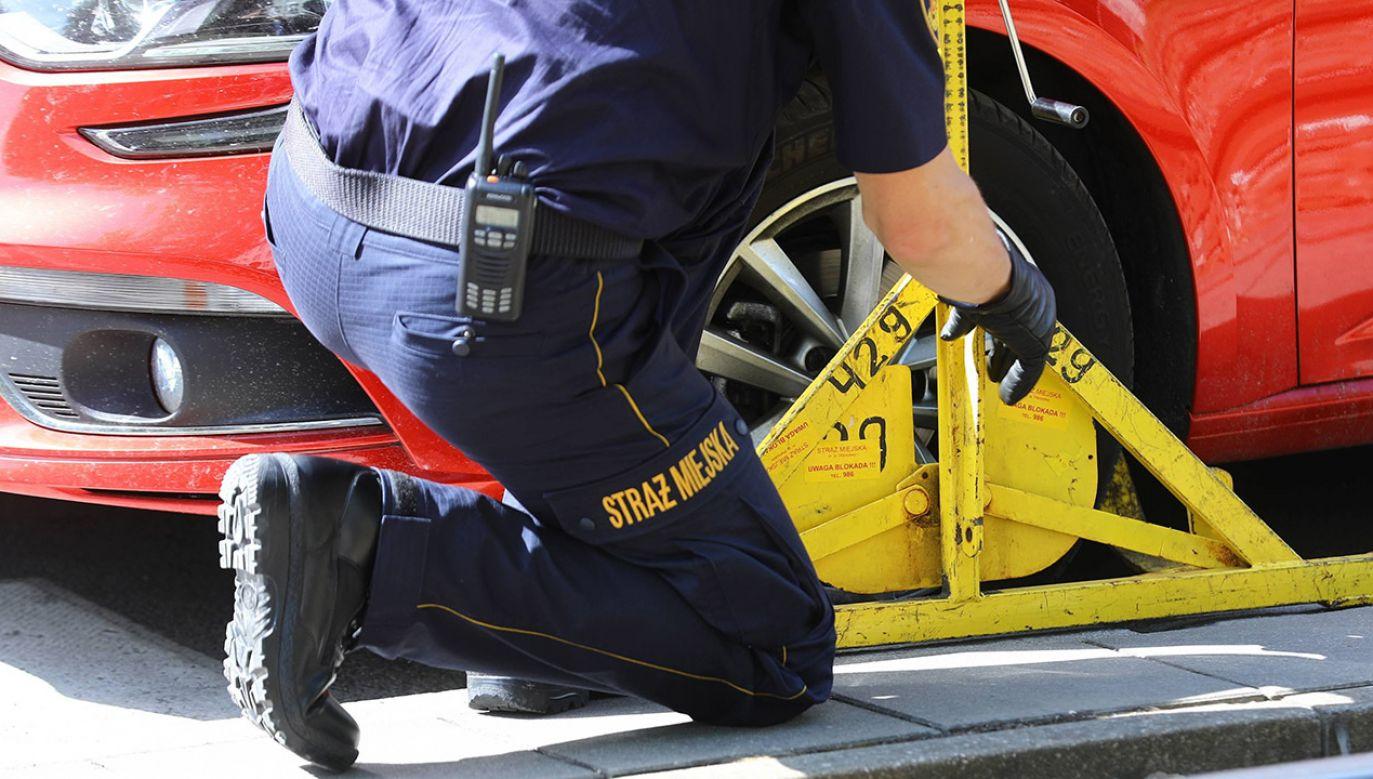 Zgodnie z przepisami opłatę za parkowanie pobiera się za postój w strefie płatnego parkowania, w wyznaczonym miejscu, w dni robocze, w określonych godzinach lub całodobowo (fot. arch.PAP/Rafał Guz)
