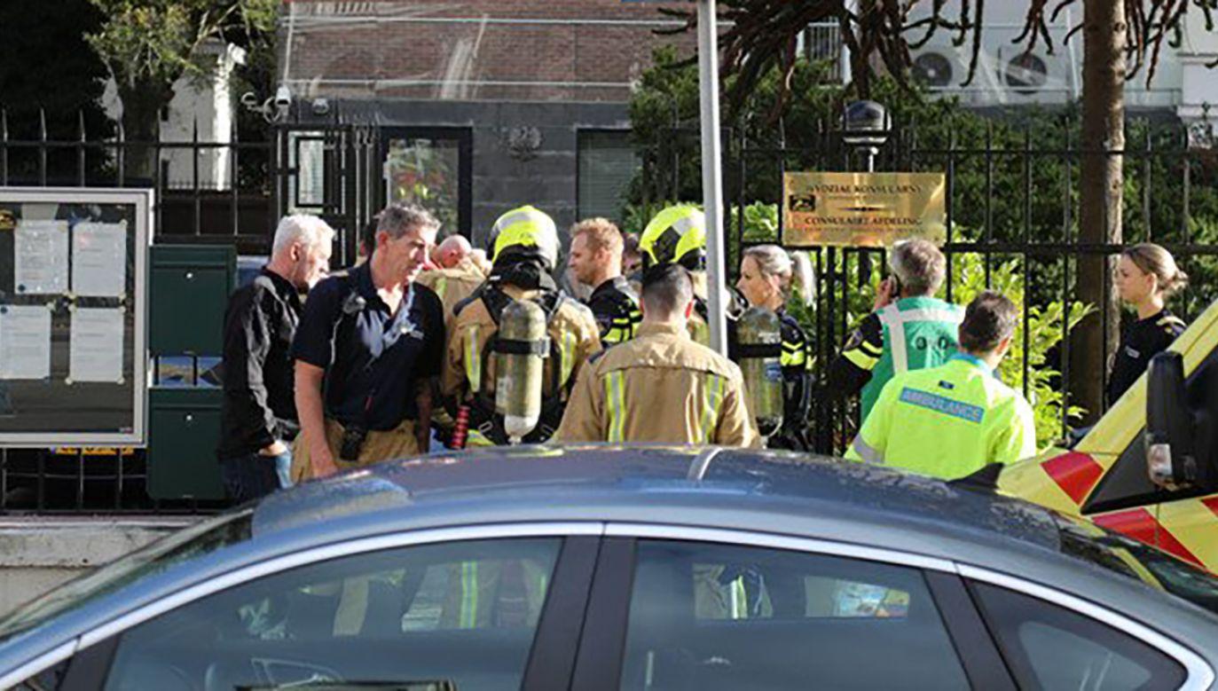 Holenderskie media podają, że policja weszła do ambasady i wyprowadziła mężczyznę (fot. TT/FranceNews24)