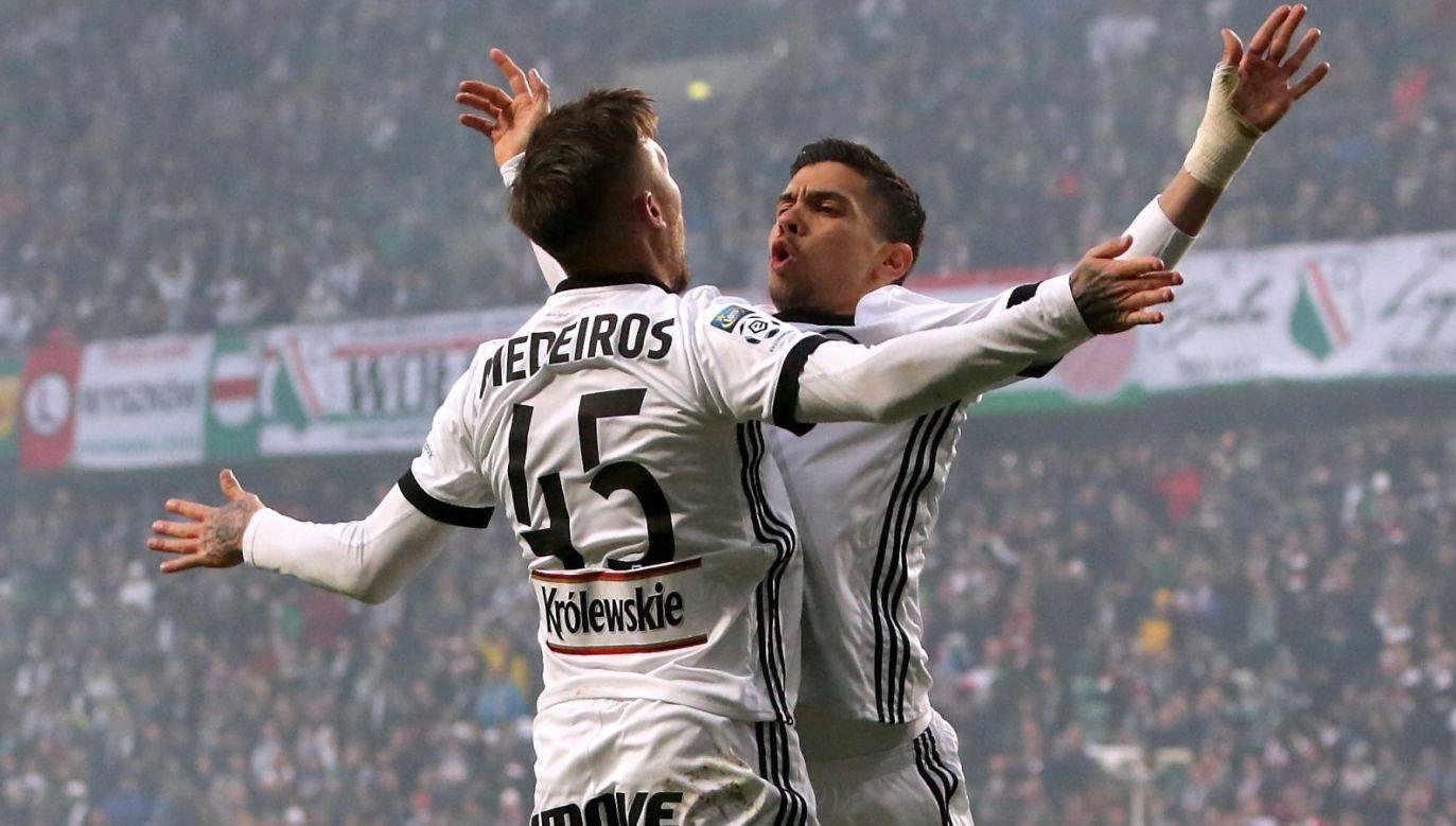 Iuri Medeiros (L) i Andre Martins (P) świętują podczas meczu z Pogonią (fot. PAP/Leszek Szymański)