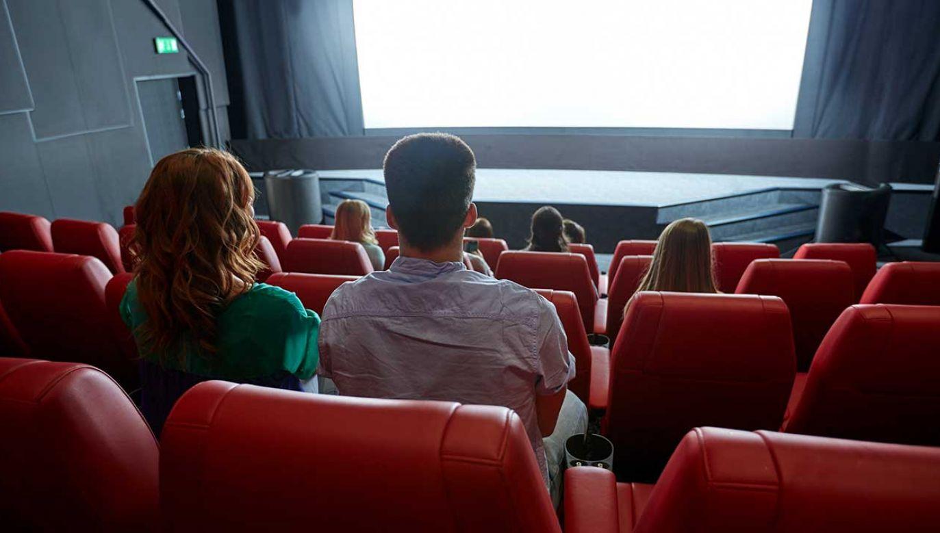 23-latek wybrał się do kina ze swoją znajomą (fot. Shutterstock/Syda Productions)