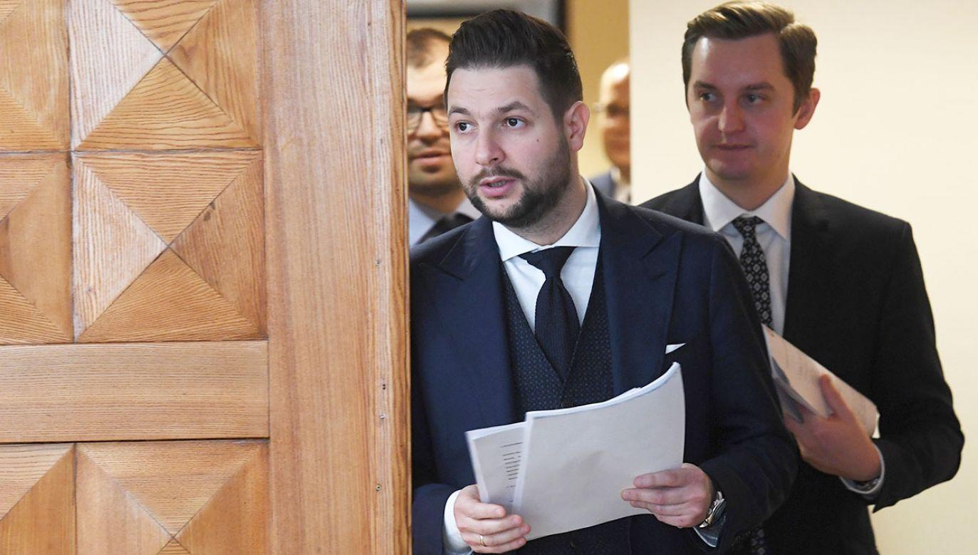 Przewodniczący Komisji Weryfikacyjnej Patryk Jaki (2P) oraz członek komisji Sebastian Kaleta (P) przed konferencją prasową po niejawnym posiedzeniu komisji (fot. PAP/Piotr Nowak)