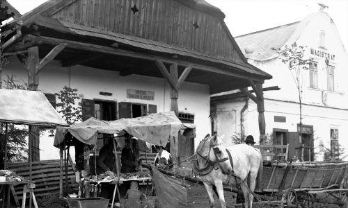 Wóz konny przed straganami na rynku w Lipnicy Murowanej, 1932 rok. Fot. NAC/IKC, sygn. 1-U-3390-4
