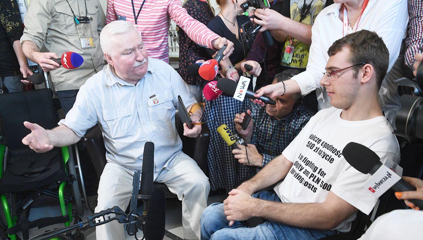 Były prezydent Lech Wałęsa rozmawia z rodzicami osób niepełnosprawnych (fot.  PAP/Jacek Turczyk)