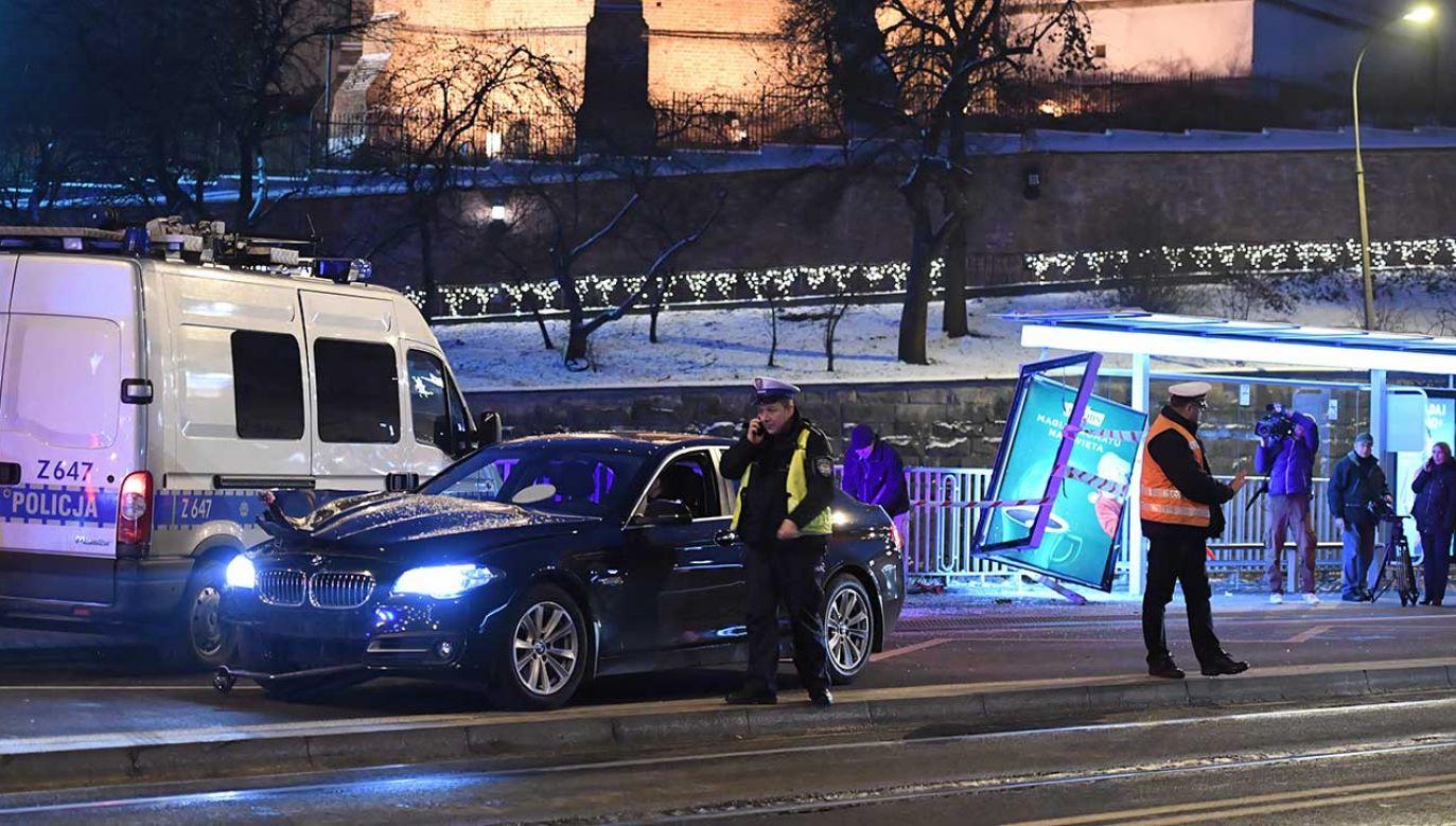 """Kierowca BMW uderzył w przysiek Al. """"Solidarności"""" – Nowy Zjazd (fot. PAP/Radek Pietruszka)"""