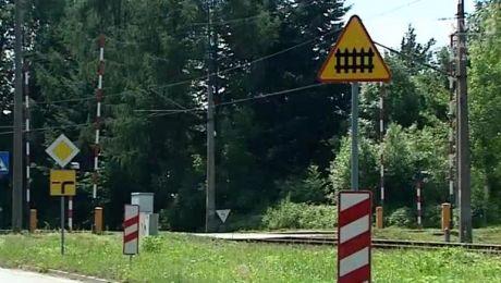 Przejazdy kolejowe z naklejkami. PKP stawia na bezpieczeństwo